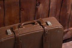 Ретро чемодан около загородки Стоковая Фотография