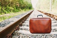 Ретро чемодан стоя на железной дороге на солнечный день Праздники, каникулы, перемещение и отключение стоковое изображение
