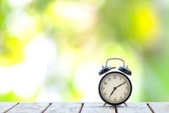 Ретро черный будильник на деревянном столе стоковая фотография rf