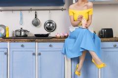 Ретро штырь вверх по домохозяйке девушки в кухне стоковая фотография