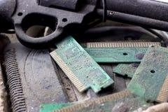 Ретро gamepad, регулятор и консоль игры покрыли vith грязь и пыль устарелые и концепцию устаревших технологий стоковые фотографии rf