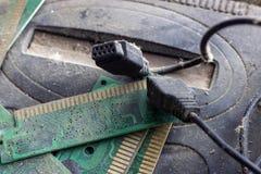 Ретро gamepad, регулятор и консоль игры покрыли vith грязь и пыль стоковые фото