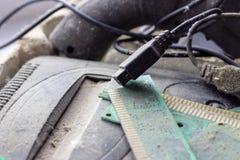 Ретро gamepad, регулятор и консоль игры покрыли vith грязь и пыль стоковая фотография rf
