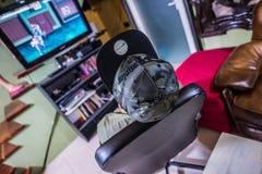 Ретро gamer перед ТВ стоковое фото rf