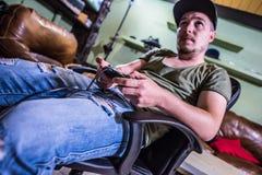 Ретро gamer перед ТВ стоковая фотография