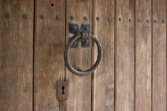 Ретро knocker двери на деревянной двери Стоковое Изображение RF