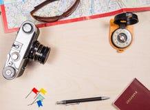 Ретро photocamera, карта, солнечные очки, компас, пасспорт Стоковое Изображение