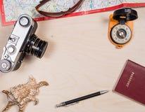 Ретро photocamera, карта, солнечные очки, компас, пасспорт Стоковые Фотографии RF