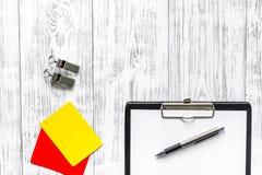 Рефери подготавливая к конкуренции Желтые и красные карточки, свисток на деревянном copyspace взгляд сверху предпосылки Стоковое Фото