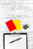 Рефери подготавливая к конкуренции Желтые и красные карточки, свисток на деревянном copyspace взгляд сверху предпосылки Стоковые Изображения RF