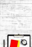 Рефери подготавливая к конкуренции Желтые и красные карточки, секундомер на деревянном copyspace взгляд сверху предпосылки Стоковые Фотографии RF