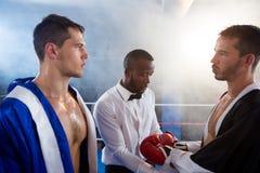 Рефери проверяя перчатки мужского боксера Стоковые Изображения RF