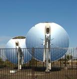 рефлекторы тарелки параболистические солнечные стоковая фотография rf