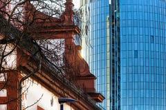 Реформированная французом башня церков и города в основе Offenbach am близко к Франкфурту, Германии стоковые изображения rf