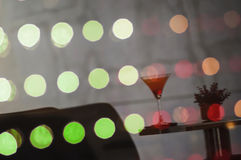 Рефлекторное изображение питья коктеиля арбуза радушного на стекле w СИД Стоковое Изображение