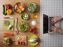 Рецепты вегетарианской здоровой еды онлайн Стоковые Фото
