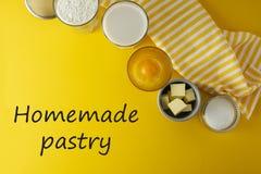 Рецепты надпись десертов, литерность Ингредиенты обрамляют для печь печенья или десерта - масла, муки, яя, молока, сахара yellow стоковое изображение rf