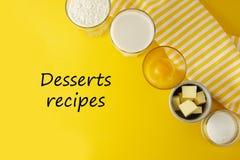 Рецепты надпись десертов, литерность Ингредиенты обрамляют для печь печенья или десерта - масла, муки, яя, молока, сахара yellow стоковая фотография