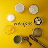 Рецепты надпись, литерность Ингредиенты обрамляют для печь печенья или десерта - масла, муки, яя, молока, сахара yellow стоковые фотографии rf