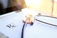 Рецепт, компьтер-книжка и phonendoscope на таблице ` s доктора Стоковое Изображение