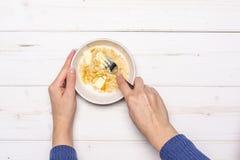 Рецепт нет печет чизкейк на серой древесине стоковые изображения rf