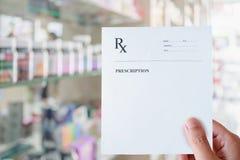 Рецепт пробела владением аптекаря в фармации Стоковые Фотографии RF