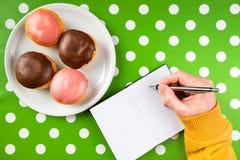 Рецепт сочинительства для домодельных очень вкусных donuts с сладостным отбензиниванием Стоковая Фотография RF