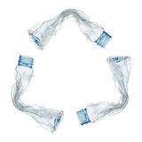 рециркулированный знак пластичными бутылками изолированными на белизне Стоковые Изображения