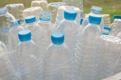 Рециркулировать бутылки и пластичная бутылка стоковые фото