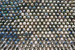 Рециркулировать бутылки - пластичные бутылки которые формируют стену бутылки Стоковая Фотография