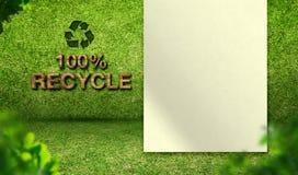 100% рециркулирует слово с чистым листом бумаги на комнате зеленой травы, экологичности c Стоковая Фотография