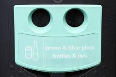 Рециркулируйте зеленые бутылки синего стекла и раздражайте банк хранилища отходов Стоковое Изображение