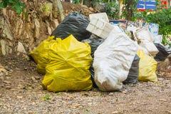Рециркулируйте отброс размещайте в связанный или знать мешки для мусора стоковые фотографии rf