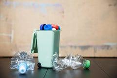 Рециркулирующ пластичные сбережения окружающей среды уменьшите старье стоковое фото rf