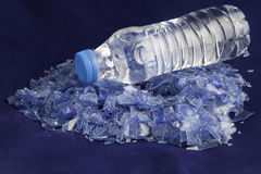Рециркулированные пластичные полимеры из бутылки с водой ЛЮБИМЧИКА Стоковое Фото