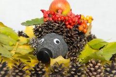 Рециркулировать: еж и гриб сделанные из пластичных бутылок в саде Еж от конусов с их собственными руками Стоковое Изображение
