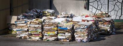 Рециркулировать собрания панорамы отброса Огромный штабелировать бумаги и демонтированная упаковка стоковое фото rf