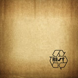 Рециркулируйте символ на текстуре картона Стоковое Фото