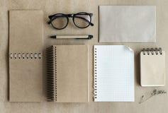 Рециркулируйте тетрадь с notepaper на офисе стола Стоковая Фотография