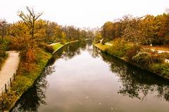Речное русло оживления в Берлине во время осени с упаденными листьями на том основании Стоковая Фотография