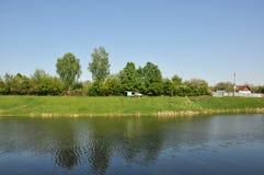 Речной берег в Туле ландшафта фокуса поля дня облаков сини небо выставки заводов движения должного польностью зеленого маленькое  Стоковая Фотография