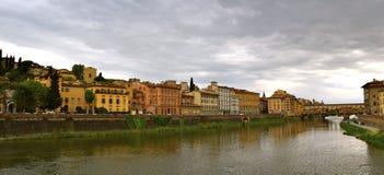 Речной берег в Флоренсе, Италии Стоковое Изображение RF