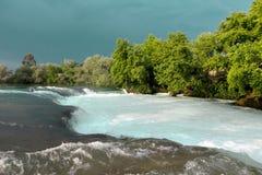 Речные пороги воды Река горы, водопад речного порога зеленого цвета леса Река горы, красивая вода мелководья горы Стоковые Фотографии RF