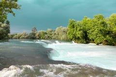 Речные пороги воды Река горы, водопад речного порога зеленого цвета леса Река горы, красивая вода мелководья горы Стоковая Фотография RF