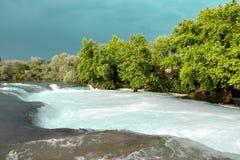 Речные пороги воды Река горы, водопад речного порога зеленого цвета леса Река горы, красивая вода мелководья горы Стоковые Фото