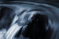 Речные пороги детали на одичалом реке Стоковое Изображение RF