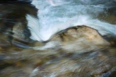 Речные пороги запачканные деталью на реке Стоковые Фото