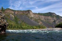 Речные пороги на реке горы с водопадом на заднем плане Стоковые Изображения RF