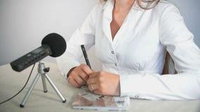 Речь бизнесмена с микрофоном сток-видео