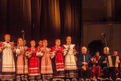 Речь русским фольклорным ансамблем для того чтобы сыграть ложки в городе Kaluga стоковое фото rf
